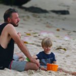 5.kye making sand castles with dad